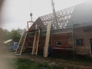Das Dachdecken ging zügig voran.